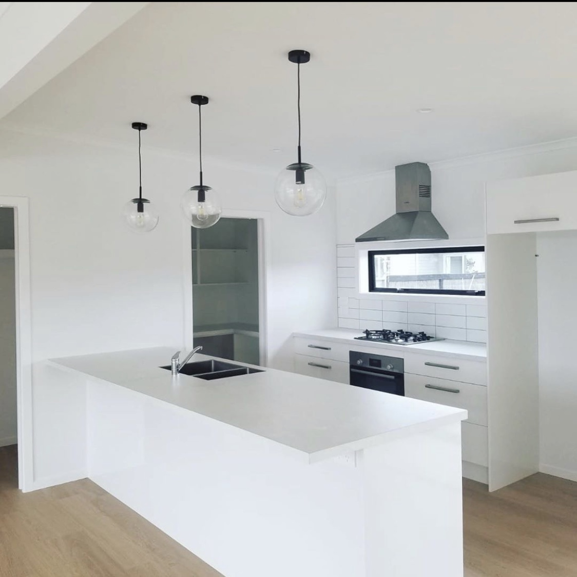 Pure white kitchen (matarangi)